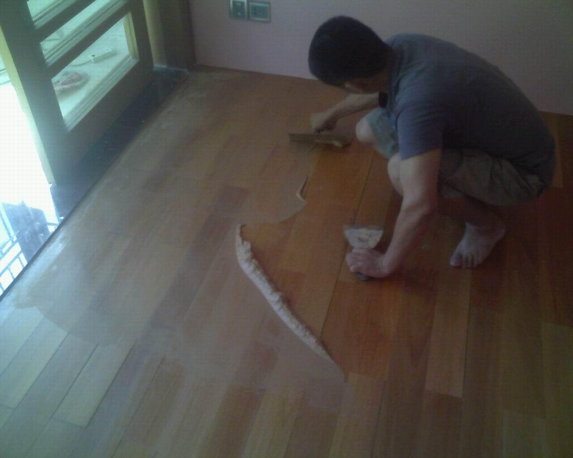 上海木地板修复 木地板划伤修复 木地板烧伤修复 本公司有专业油漆师傅对木地板油漆修复有较好技术!小孩玩具划伤修复、高跟 鞋印修复、宠物抓伤修复、家具拖伤修复、 蚊香烟头烧伤修复、爆漆掉漆修复、 凹洞修复等。(木地板拱起、木地板进水、木地板换龙骨、木地板刷漆)都有专 业师傅为你服务! 欢迎来到上海振兴综合维修公司网站, 具体地址是