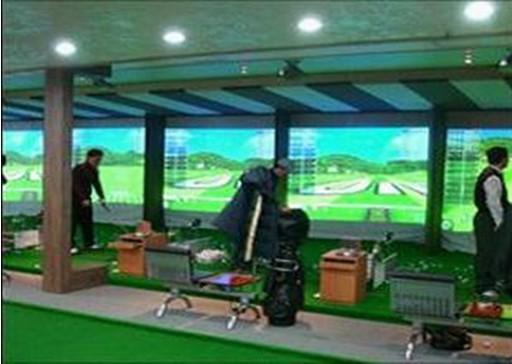 高尔夫模拟器 一、室内模拟高尔夫的系统组成和技术原理 室内模拟高尔夫系统主要由两部分组成:高尔夫球场三维模拟及显示部分、高尔夫球飞行参数红外测量部分。高尔夫球场三维模拟及显示部分包括图形服务器、高清晰度投影仪和特制的具有缓冲作用的抗击打幕布(标准4米3米)组成,该部分完成高夫球场地和高尔夫球飞行过程的三维模拟显示;高尔夫球飞行参数测量部分由双道红外测量器和中央控制器组成,合成为高尔夫测量器,该部分完成高尔夫球飞行的初速度、飞行偏角和仰角的测量。两部分配合工作,在使用者击出高尔夫球后红外测量系统动态分析高尔