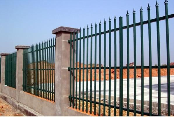 北京环保方管护栏网#北京环保方管护栏网生产厂家直销批发!方管护栏网横杆为两根和三根或四根,竖管为直立型顶部轧成三角型。安装之后总体的效果更美观一些。简单耐用的新型组装护栏。横杆与竖杆的完美结合,配以防盗螺栓坚固耐用。时尚简约,风格独特! 方管护栏网是采用锌合金材料,无焊连接、横竖穿插组装而成进行安装,相对于传统的铁护栏,安装更加快捷、而且价格适中,外表具有高强度、高硬度、外观精美、色泽鲜艳等优点,成为住宅小区使用的主流产品。