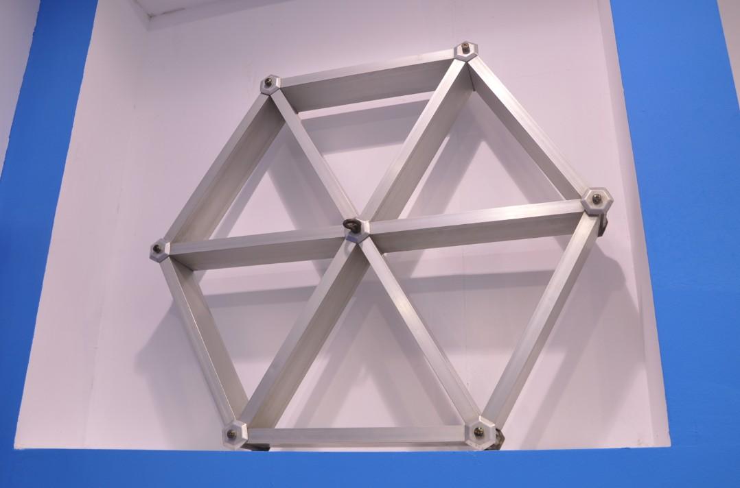 普通格栅天花吊顶系统分为格栅主骨和副骨。格栅主骨及副骨均为特制金属空腹型板条,形状有U型和V型。 格栅天花吊顶系统格栅主骨及副骨长度常规有1800mm、1950mm、2000mm。材质分为H1100、H3003 和H5005。表面涂层一般选择粉末静电喷涂或聚脂漆喷涂,也可选用辊涂、拉丝表面处理。常用颜色为乳白色、黑色,也可根据要求订做其它颜色。不同的颜色搭配可以表达出不同的个性特点。 格栅天花吊顶系统通风效果好、防火性能高、安装简单、结构精巧、层次丰富、有开阔的立体效果、装饰后外观优美、色彩丰富经久耐用。