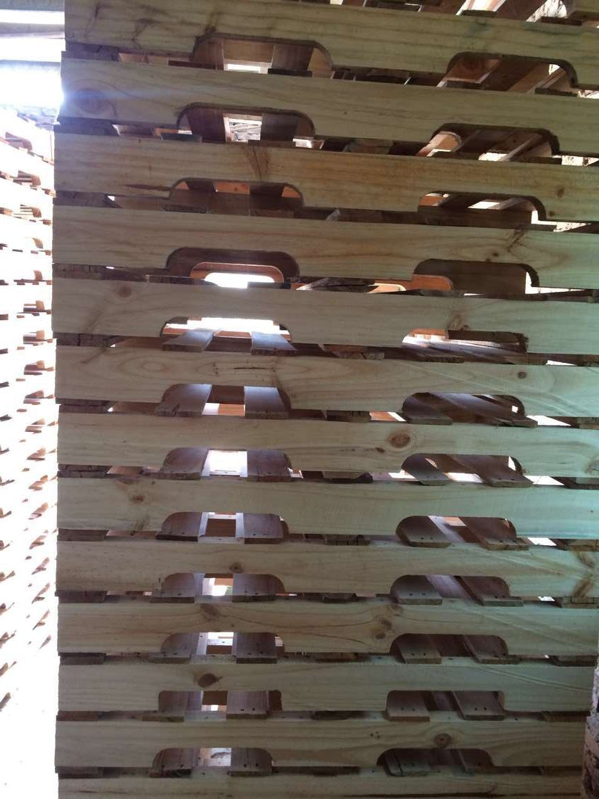东莞市俊望木箱卡板厂是一家自主设计、开发、生产和销售为一体的实体性企业,  专业生产各种规格的木箱、木托盘(栈板)、刨花板托盘、免熏蒸(胶合板,亦  称多层板)箱式托盘、免熏蒸托盘及垫仓底,免熏蒸托盘,免熏蒸包装箱,熏蒸木托  盘,出口包装箱,集装箱托盘,木包装箱,托盘,包装箱,卡板,卡板箱,栈板,木方,多层板,  胶合板。