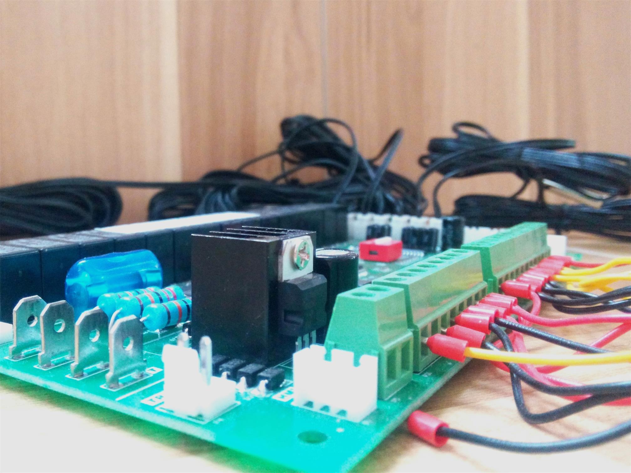 通用电子膨胀阀型四压机风冷模块机组 主要功能  采用高性能ARM处理器,控制器在各种复杂的工控环境中都能稳定工作  温度显示分辨率0.1,控制精度0.1  线控器采用文本显示屏,使操作更加方便直观  每块主板可以控制4个压缩机,多8块模块进行组网运行  带电子膨胀阀接口,使空调更加高效  可以查询当前故障和历史故障,记录故障发生时间,方便厂家分析机组  一周7天独立定时功能  机组试用功能(催款功能)  线控器集成标准MODBUS接口,方便用户进行集总联网控制(选配功能) 技术规格