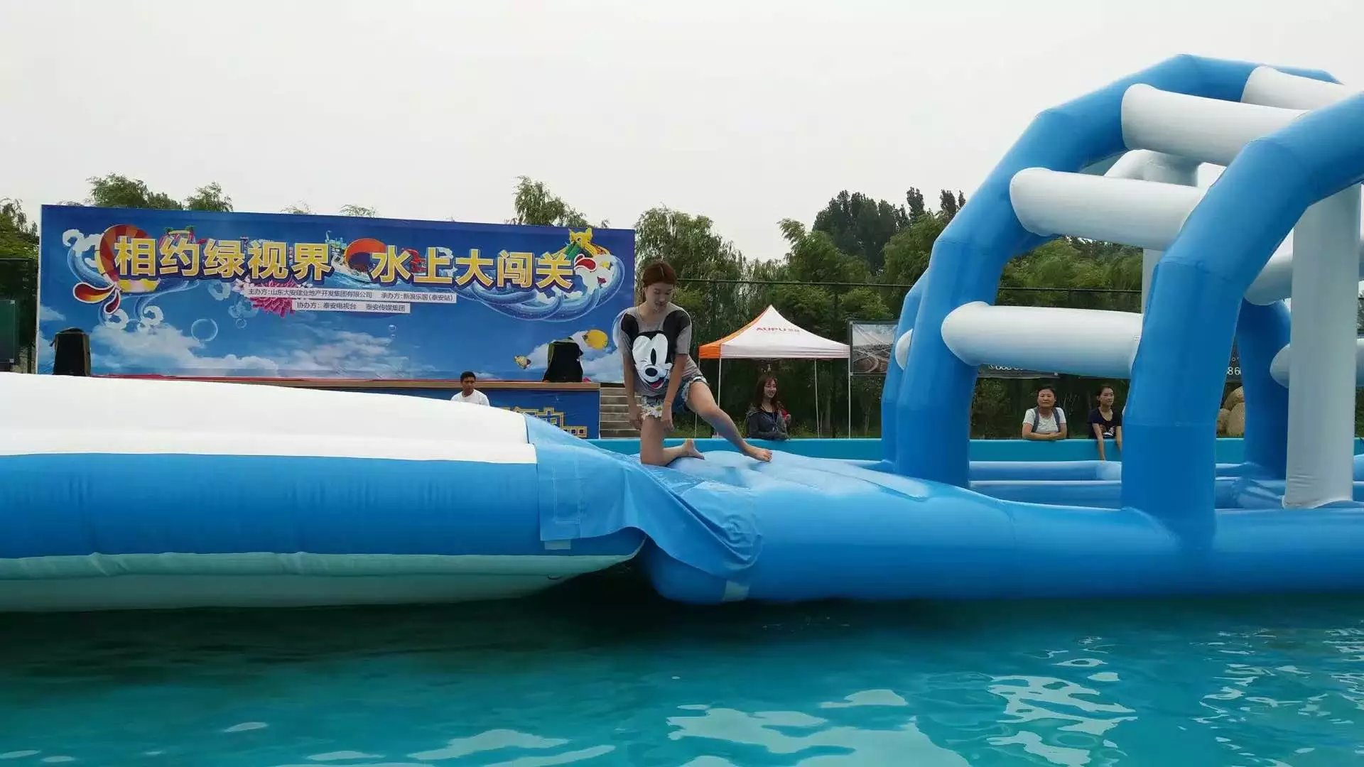 供应三亚娱乐售票水上冲关租赁儿童水上乐园出租水上冲关乐园多以青少年为主要参与对象,选手需运用钻、爬、骑、沿、穿、滑、跳等动作顺利通过每个关卡。 水上冲关乐园包含的关卡有:蜻蜓点水、手忙脚乱、太空漫步、鱼跃龙门、孤炷一跳、步步惊心、勇攀高峰。 适合场所 水上冲关乐园经营场所和方式多种多样,既可用于游乐园、度假村、景区、主题公园、体育馆等日常经营活动;也可与房地产商、商场、广播电视媒体合作为吸引人气举办各种促销及冲关活动等市场上眼花缭乱的推广方式让我们震惊,选择一款合适大众的推广方案不觉让相关人员犯了愁。推广