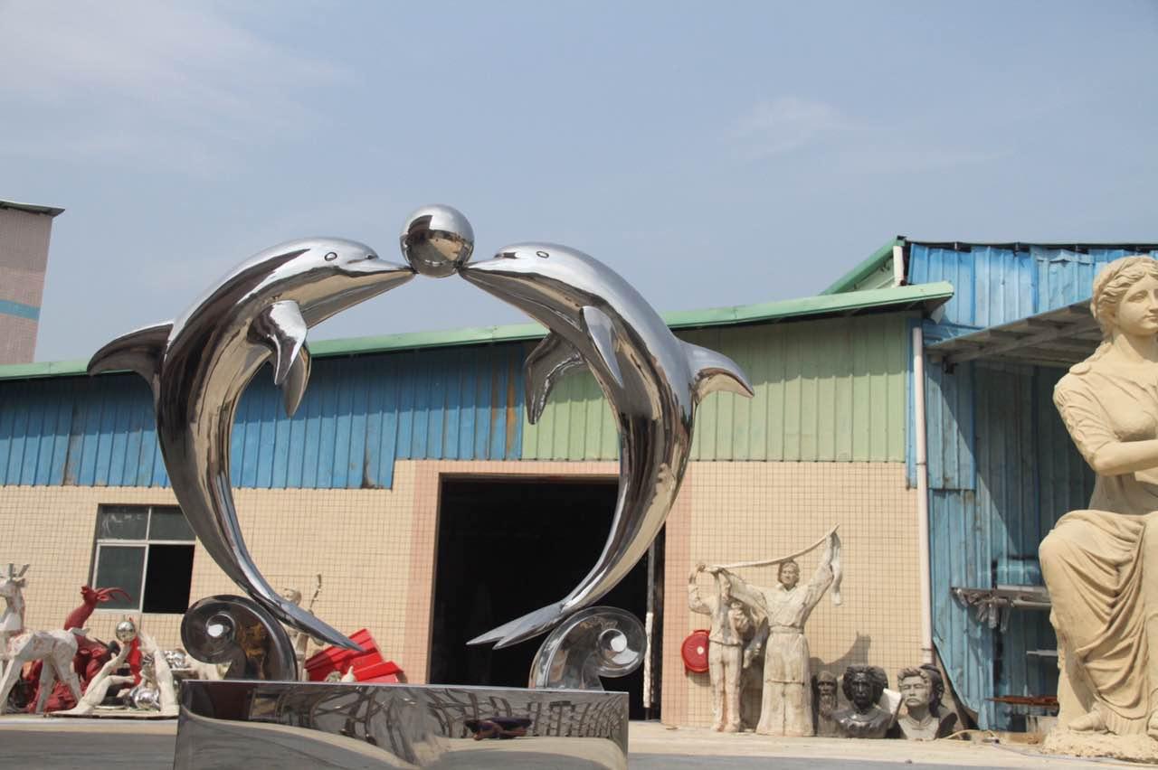 不锈钢动物海洋动物雕塑江西不锈钢厂家 【慧立方公司简介】 慧立方雕塑多年来致力于造型艺术景观的规划设计与制作,在不断创造艺术景观的同时,为每个客户创造独有的文化。没有文化的景观是苍白的,是经不起时间检验的,只有深入挖掘文化内涵,才能赋予艺术景观以经久不衰的生命力.鲜明的文化特点是一个地区或组织(大到一个城市小到一个庭院)独有的性格,只有文化是不可复制的。因此,在我们的作品中,无论是雄伟壮观的大型雕塑,还是一块小小的指示牌,都渗透着我们对周边环境文化特点的研究和对当地文化的热爱。 【规格】:规格大小重量不定