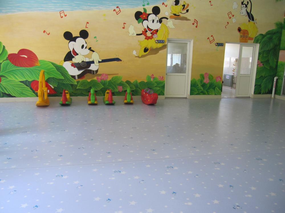 1、绿色环保:幼儿园塑胶地板采用的100%全新环保材料聚氯乙烯,不含甲醛、不含石绵、铅、汞等重金属有害填充物,完全满足幼儿对绿色环保空间的需求。 2、随意拼花:新研究结果表明:如果孩子经常生活在黑色、灰色和暗淡等令人不快的色彩环境中,则会影响大脑神经细胞的发育,使孩子显得呆板,反应迟钝和智力低下。如果孩子在五彩缤纷的环境中成长,其观察、思维、记忆的发挥能力都高于普通色彩环境中长大的孩子。幼儿园塑胶地板针对这个年龄段的孩子,采用丰富的色彩搭配,营造了好玩、好奇、好探索的室内空间。 3、装饰性强:地板设计在