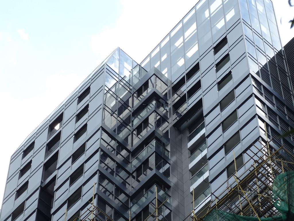 楼层板的组成及设计要求 楼层板的组成及设计要求 11))楼层板的组成楼层板的组成 ((11))面层面层 楼层板的上表面称为楼层上表面。直接与人、家具设备 楼层板的上表面称为楼层上表面。直接与人、家具设备 等直接接触,并起到保护结构层、承接并传递荷载、装饰等作用。 等直接接触,并起到保护结构层、承接并传递荷载、装饰等作用。 ((22))结构层结构层 位于面层与顶棚层之间,是楼板层的承重部分,由梁、 位于面层与顶棚层之间,是楼板层的承重部分,由梁、 板承重构件组成,简称楼板。承受楼板层的全部荷载并传给墙或柱,