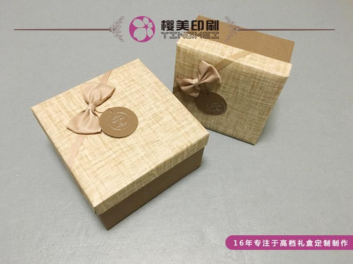 礼品盒制作设计对于樱美包装,就像是一件件艺术品,而不止是一个简简单单的纸质包装盒。不仅代表着被包装的商品,也代表着包装盒厂家对于包装的态度。 我们为什么要定制礼品盒?一是为了保护商品在储存运输过程中不因外界因素损坏其质量,二是为了提升商品的附加值,使商品上升到一个艺术品的高度。 樱美包装设计师总是从商家的角度进行包装设计,礼品盒制作设计是以简化而突出重点。不是谁都可以设计出符合商品特点的包装,一个专业的包装设计师需要一定的专业知识和设计经验,才能充分低发挥包装设计的作用,从而提高商品的性价比。 樱美包装点