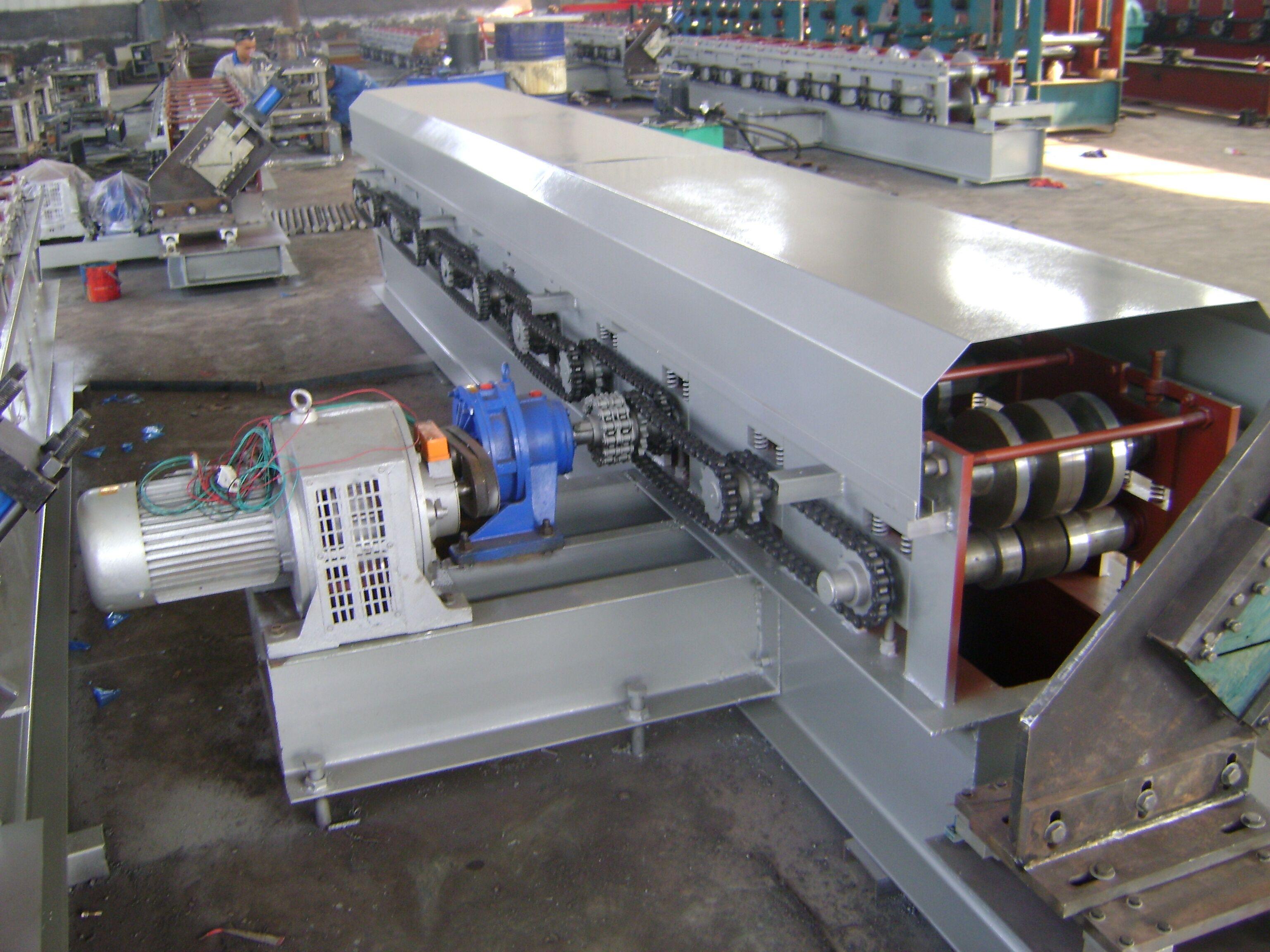 机械产品技术参数02号图(小U型底部富贵花冲孔) 设备安装外形尺寸:4000mm*450mm*700mm(主机) 进板宽度:200mm 进板厚:0.81.2mm 设备总重:4.0T左右 成型排数:8排 主机功率:5.5KW 液压泵站功率:4KW 冲床吨位:40T 电控系统:全机采用工业电脑PLC控制(含变频器) 工作速度:3000-5000mm/min 主机轧辊材质:轴承钢调质、淬火处理 设备大架:300工字钢焊接 中板厚度:14mm 辊轴直径:70mm 传动方式:1.