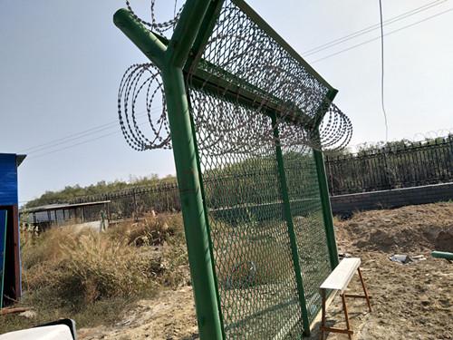 新疆浸塑护栏网厂家/乌鲁木齐钢丝围栏网安装/隔离网图片