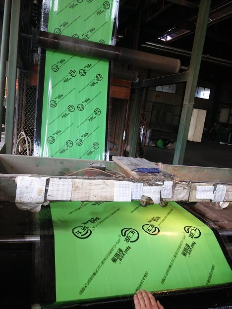 供应山东1.5mm单面绿色强力交叉膜反应粘防水卷材