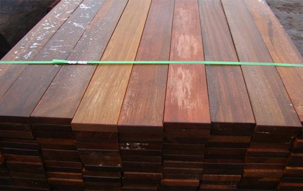 【上海伯秋木業有限公司】 咨詢電話: 【 微信同號,歡迎騷擾。】 聯 系 人: 任先生 山樟木屬大喬木,高可達60m,胸徑1.5-2.0m。本屬約9種,分布于東南亞地區。常從馬來西亞,印尼進口,量大,是南洋材中重要的商品材。 具光澤:新切面有強烈的樟腦氣味。紋理直;結構略粗;質量硬;強度高;干縮中,加工容易,切面光滑;含硅石,易鈍鋸;油漆、拋光性能良好;膠黏性差;釘釘易劈裂;含單寧,遇鐵器會變色,略耐腐,干燥慢,稍有翹曲、開裂,氣干密度0.