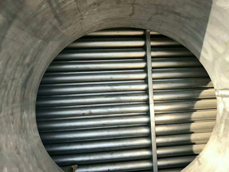 列管冷凝器?列管式冷凝器: 用途:列管式冷凝器是一種高效、常用的換熱設備。它適用于化工、石油、醫藥、食品、輕工等行業。 結構與特點: 1,按形式分固定管板式換熱器、浮頭式換熱器、U型管式換熱器。 2,按結構分為單程、雙管程和多管程。 3,按材質分為碳鋼列管式冷凝器和不銹鋼列管式冷凝器和碳鋼與不銹鋼混合列管式冷凝器三種款式。 4,傳熱面積0.