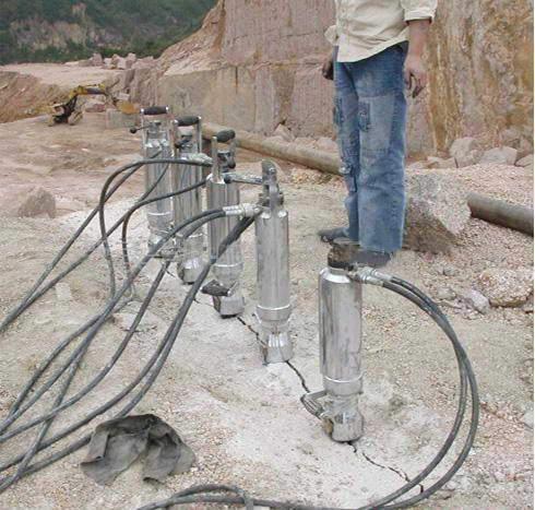 高架桥孔桩岩石拆除设备岩石劈裂棒制作